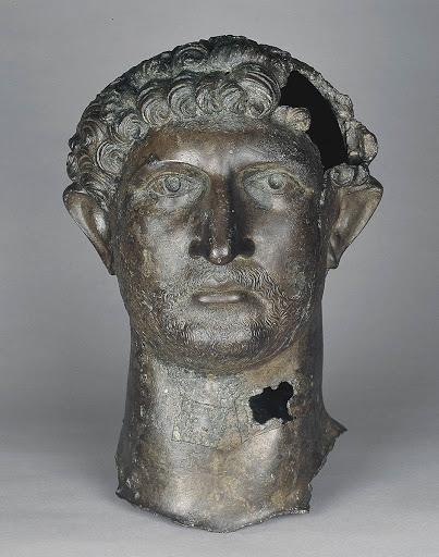 Бронзовая голова римского императора Адриана. Найдена в Темзе.